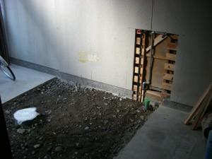ガレージの床を掘っている様子