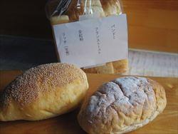 新しいパン屋さんで。